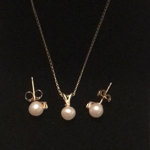 This Miadora pearl necklace and earrings set